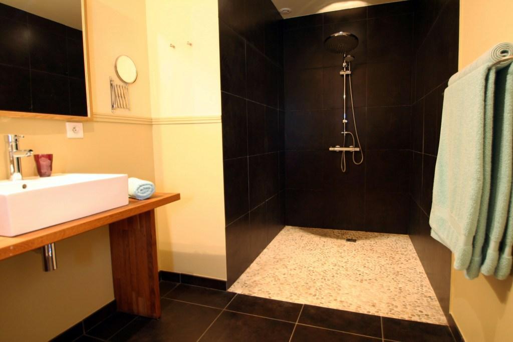 nos chambres d 39 h tes et tarifs bleu raisin. Black Bedroom Furniture Sets. Home Design Ideas